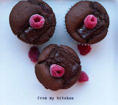 Bezglutenowe czekoladowe muffiny z nadzieniem malinowym - greenscarf.pl Muffin, Breakfast, Food, Morning Coffee, Essen, Muffins, Meals, Cupcakes, Yemek
