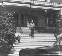 María Eva Duarte de Perón saliendo de la residencia presidencial, 1946