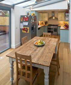 cozinha-comprida-mesa-madeira