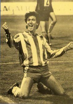 VICENTE Celeiro Leal, delantero natural de Vilalba (Lugo), militó 8 temporadas en el Depor (1981 a 1989) marcando un total de 66 goles. En la imagen celebrando un gol en Riazor en diciembre de 1986.