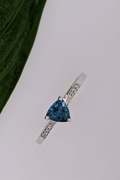 Zásnubný šperk pre ženu vašich snov môže mať podobu prsteňa Temple, v ktorom sme majstrovsky nechali vyniknúť čarokrásnu farbu londýnskeho topásu, v spojení s decentným dizajnovým prevedením. Karátovú hmotnosť drahokamu 0,42ct len tak ľahko neprehliadnete a osem briliantov, dopĺňajúcich obrúčku prstienka v rafinovanej veľkostnej postupnosti ešte viac znásobuje exkluzívny dojem a lásku na prvý pohľad... Temples, Engagement Rings, Diamond, Color, Enagement Rings, Wedding Rings, Colour, Diamonds, Diamond Engagement Rings