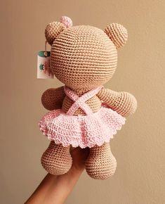 Bom dia com essa fofura pra vocês! Crochet Teddy, Easter Crochet, Crochet Bear, Crochet Baby Booties, Crochet Animals, Crochet Crafts, Crochet Projects, Crochet Toys Patterns, Amigurumi Patterns