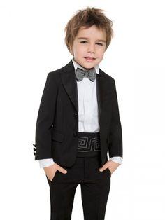 Tem pros meninos também! O paletó e a calça saem por R$ 2.023 e a camisa R$ 642 Versace