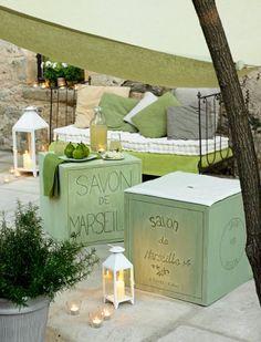 Des cubes peints comme des savons de Marseille en guise de pouf, de boîte ou de table basse. La classe sur une terrasse en Provence !