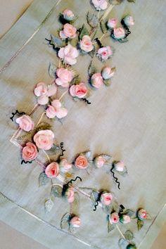 Koza Gül Ranırım Silk Ribbon Embroidery, Embroidery Kits, Embroidery Designs, Bordado Floral, Ribbon Work, Christmas Pillow, Table Runners, Diy And Crafts, Gull