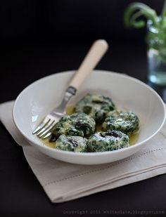 Gnudi - Italian dish with ricotta, spinacci and parmezan Italian Dishes, Italian Recipes, My Cookbook, White Plates, Gnocchi, Food Inspiration, Pasta, Vegetables, Ethnic Recipes