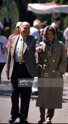 Jacqueline Kennedy Onassis and Maurice Tempelsman take a walk through Central Park April 4, 1994 in New York…