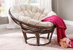 Mediterraner Sitzgenuss: Dieser Papasansessel aus handgeflochtenem Rattan ist mit einer bequemen Sitzauflage ausgestattet.