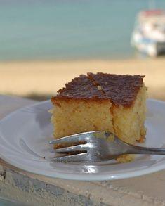 Η Γιώτα φτιάχνει στην ταβέρνα της τους περίφημους ψαροκεφτέδες, φοβερό θράψαλο και καλαμάρι, φρέσκο ψάρι και στο τέλος σε φιλεύει το υπέροχο ραβανί της. Greek Desserts, Greek Recipes, Low Calorie Cake, Party Buffet, Bon Appetit, Tiramisu, French Toast, Deserts, Food And Drink