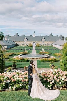 Would you believe us if we told you this venue is in Michigan?! @castlefarms, you may be our new favorite! 😍 | Photography: @the.fourniers #springwedding #summerwedding #michiganwedding