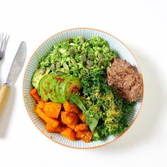 """☀️Salad in a bowl à midi☀️ brocoli rice kale potiron roti au four avocat  """"paté mexicain"""" aux haricots rouges (tuerie!!) Sinon, j'ai ouvert un nouveau compte @fitmaman.ludy_gogirlzz je vais y repertorier toutes les vidéos d'entrainements """"speciales grossesse"""" + conseils + bons plans + nutrition pour aider les futures mamans à être au top pendant ces 9 mois + partager mon experience de maman to be ➡️ Suivez-moi @fitmaman.ludy_gogirlzz"""
