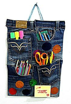 How to Make a Denim Board with Your Old Jeans. After your beloved pair of jeans has come to the end of its usefulness as clothing, the great news is that it can still be useful as something else. In this tutorial, you'll learn how to. Diy Jeans, Jean Crafts, Denim Crafts, Blue Jean Quilts, Denim Quilts, Artisanats Denim, Denim Tote Bags, Denim Purse, Denim Ideas