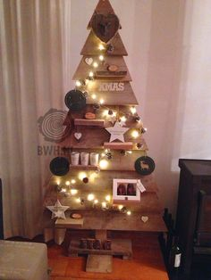 Dit is onze kerstboom van steigerhout in versierde staat. Onze houten kerstboom is ideaal om uw kerstdecoraties op de 6 aflegplankjes te plaatsen. Levering inclusief voet, schroeven en boortje. In 4 maten tot 197 cm.