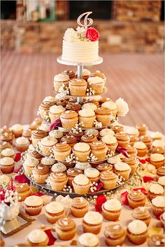great way to do cup cake wedding cake @weddingchicks