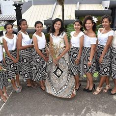 Loving these ladies in their Fijian masi outfits Samoan Wedding, Polynesian Wedding, Polynesian Dresses, Tropical Wedding Dresses, Bridal Dresses, Bridesmaid Dresses, Bridesmaids, Island Wear, Island Outfit
