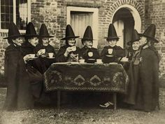 39 Interesting Photos That Capture Women in Witch Costumes From the Early Century ~ vintage everyday Vintage Witch Photos, Vintage Halloween Photos, Retro Halloween, Theme Halloween, Halloween Festival, Halloween Diorama, Halloween Rocks, Halloween Images, Vintage Holiday