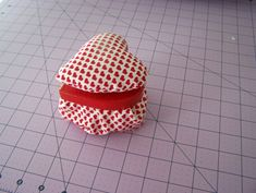 DIY Valentine Pin Cushion and Trinket Box - Once Upon a Sewing Machine Fun Projects For Kids, Easy Sewing Projects, Diy Craft Projects, Craft Tutorials, Sewing Tutorials, Rainy Day Activities, Diy Valentine, Sewing Table, Valentine's Day Diy