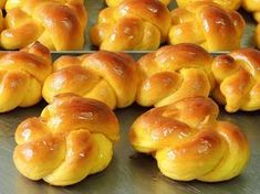 Rosquinha de laranja #padariapolos (em Polos Pães e Doces) Fruit Paradise, Portuguese Sweet Bread, Bread Art, Savory Pastry, Small Cake, Bread Rolls, Easy Desserts, Hot Dog Buns, Cornbread