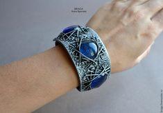 Купить Браслет из стекла и полимерной глины на кожаном ремешке - синий, браслет, голубой браслет