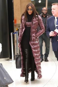 Naomi Campbell shows her style credentials in a long puffer coat by Moncler Pierpaolo Piccioli Coats For Women, Jackets For Women, Clothes For Women, Winter Fashion Outfits, Fall Outfits, Moncler Jacket Women, Long Puffer Coat, Langer Mantel, Stylish Coat