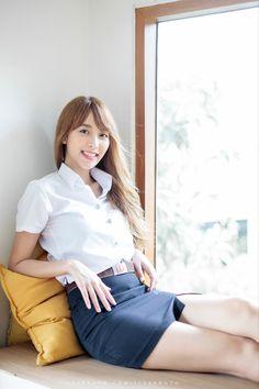 University Girl, Girls In Mini Skirts, Asian Model Girl, Fashion Forecasting, Curvy Girl Fashion, Cute Asian Girls, Beautiful Asian Women, Ulzzang Girl, Sensual