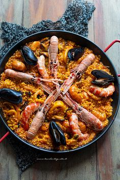 Paella: the classic recipe with step by step fish paella – Shellfish Recipes Fish Recipes, Seafood Recipes, Indian Food Recipes, Italian Recipes, Healthy Recipes, Ethnic Recipes, Fish Paella, Paella Valenciana, Confort Food