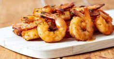 Aprenda como preparar uma receita de camarão frito usando apenas três ingredientes. Simples de fazer, o preparo demora apenas 30 minutos. Leia também Como fazer camarão empanado Receita de isca de peixe crocante Molho de camarão simples Ingredientes 500 g de camar&atil Croissant, Fish Recipes, Tapas, Shrimp, Seafood, Food And Drink, Veggies, Low Carb, Menu