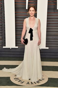 Emilia Clarke Rocks Deep Plunge at Vanity Fair Oscar Party!: Photo Emilia Clarke is all smiles at the 2016 Vanity Fair Oscar Party at the Wallis Annenberg Center for the Performing Arts on Sunday (February in Beverly Hills,… Emilia Clarke, Lily Aldridge, Kate Bosworth, Diane Kruger, Party Fashion, Fashion Photo, Soirée Des Oscars, Miu Miu, Game Of Thrones