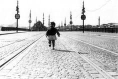 1945 - Galata Köprüsü'nde Eminönü'nden Karaköy'e doğru koşan bir çocuk. #istanbul