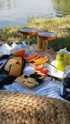 Picnic Date Food, Picnic Foods, Picnic Ideas, Beach Picnic, Summer Picnic, Fall Picnic, Tasty Videos, Food Videos, Picnic Pictures