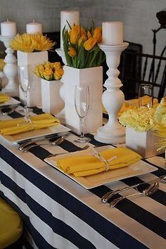 Mantel rayas negro con servilletas amarillas