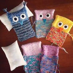 Weitere Strickeulen sind in Arbeit. Knitted owls - work in progress. #stricken #gestrickt #knitted #knits #eule #owl #kuscheltier #stuffedtoy #workinprogress #garnrest #wollrest #yarnleftovers #strickenfürkinder #diy #handmade #handarbeit #bastelladen #neubrandenburg Finger Knitting, Easy Knitting, Knitting For Kids, Loom Knitting, Small Knitting Projects, Yarn Projects, Crochet Toys, Knit Crochet, Barbie Knitting Patterns