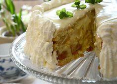 Lone Landmands påskegule lagkage er en flot kage med lækker vaniljecreme, syltet ananas og dejlig hvid chokolade. Kagen er pyntet med flødeskum og citronmelisse. Sæt den festlige kage på påskens kaffebord eller servér den som det søde punktum for en dejlig påskefrokost.