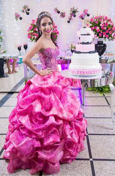 Foto por Diana Dalfior ❤ Jhéssica faz 15. Decoração para festa de debutante + Rosa pink e preto, com peças espelhadas, bolo cenográfico com tema maquiagem, vestido pink   Sweet Fifteen Party + Pink and black, mirror furnitures, make up cake, pink dress