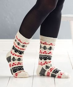 Neulo kauniit puolukkasukat How To Start Knitting, How To Purl Knit, Easy Knitting, Knitting Socks, Knit Socks, Christmas Knitting Patterns, Knitting Patterns Free, Knitting Ideas, Woolen Socks