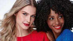 Batom vermelho tem hora certa? Sim a que você quiser!  Dizem por aí que é preciso avaliar o momento adequado para trazer o vermelho aos lábios. Nós não concordamos: você pode usar a cor vermelha na hora que desejar!  Descrição da arte digital #pracegover: Mulher loira cabelos longos usando blusa vermelha e batom vermelho ao lado mulher negra cabelos cacheados até o ombro usando blusa azul e batom vermelho e sorrindo.  #natura #suzanasantiagonatura #maquiagem #makeup #beleza #mulher #promo…