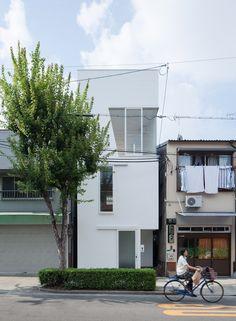 Ido, Kenji Architectural Studio / Tamatsu House - Osaka  Habitation sur trois étages pour quatre personnes.