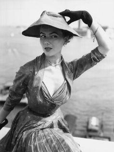 Parigi, l'alta moda ieri e oggi Dior presenta al lido di Venezia la collezione p/e 1951.