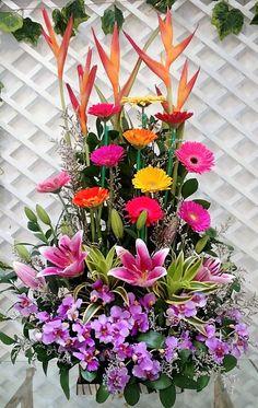 Church Flower Arrangements, Floral Arrangements, Cascade Bouquet, Party Needs, Beautiful Flowers, Floral Wreath, Wreaths, Plants, Paisajes