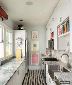 Étroite, mais pratique, cette cuisine subtilement colorée a tout pour plaire! Source: Houzz