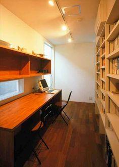 壁面収納の本棚に手が届きやすい書斎