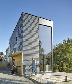 A narrow and high house in Norway - PLANETE DECO a homes world Smooth Concrete, Two Storey House, Exterior Cladding, Gazebo, Story House, Construction, Large Windows, Bergen, Art And Architecture