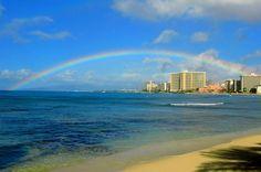ワイキキビーチに大きくかかる虹。 ハワイでは本当に良く虹を見ることができますが、何度見ても飽きませんね♪ http://www.hawaiist.net/