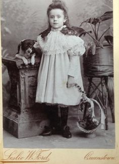 Fotografía en formato Cabinet Card de Leslie Wagstaff Ford - a través de Carol Hardijzer Base Image, Central Asia, African History, East London, Best Dogs, Dog Breeds, Terrier, Ford, Cabinet
