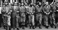 Da esquerda para a direita: Fidel Castro, Osvaldo Dorticós (então presidente de Cuba) e Che Guevara participam, em 1960, do funeral das vítimas da explosão do barco La Coubre, atribuída pelos cubanos aos EUA. A embarcação de origem francesa transportava armas e munições quando explodiu no porto de Cuba, causando a morte de centenas de pessoas