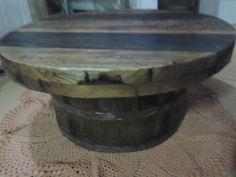 Mesa de centro de madeira de demolição com máquina de lavar roupa antiga