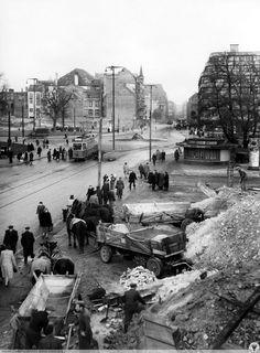 Odgruzowywanie pl. Kościuszki przed rozpoczęciem budowy KDM-u. Fot. S. Arczyński. Rok 1953