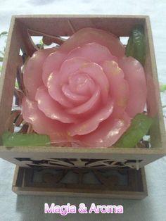 Ahhh as rosas!! 🌹 A Magia & Aroma vem trazendo essa linda Rosa de Marrocos! Feita com extratos vegetais, óleos e um aroma delicioso, acompanha uma linda caixa decorativa! ❤️ Quer saber mais? Entre em contato! 📱💻