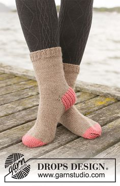 Knitted socks in DROPS Nepal. The piece is worked top down with rib, stockinette stitch and old-fashioned heel. Drops Design, Knitting Patterns Free, Free Knitting, Crochet Patterns, Magazine Drops, Crochet Diagram, Work Tops, Stockinette, Knit Fashion