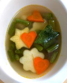 La clásica sopa de verdura pero con un toque más divertido y tierno. Si a tus hijos no les gusta comer verduras, prueba diciéndoles que son flores y corazones. ¡Les Fascinará!